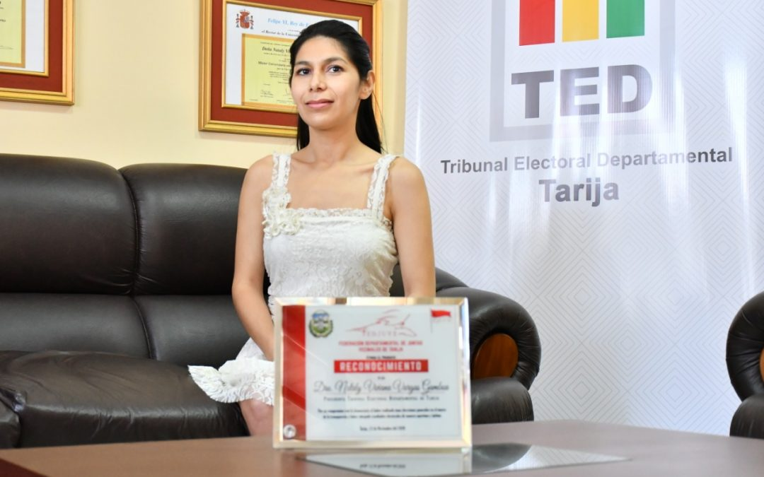 LA FEDERACIÓN DE JUNTAS VECINALES DE TARIJA ENTREGÓ UN RECONOCIMIENTO A LA PRESIDENTA DEL TED, NATALY VARGAS